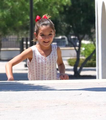 15.jun.2015 - Suri Cruise é clicada brincando com um amiga em Los Angeles, na Califórnia