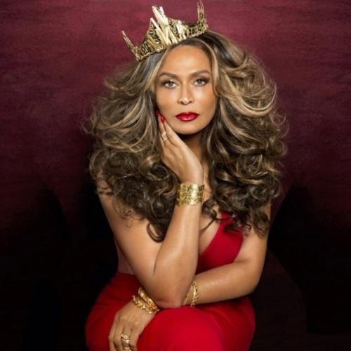 """16.jun.2015 - Beyoncé decidiu tietar a mãe, a empresária Tina Knowles, ao publicar uma foto dela que ´é capa da revista """"Ebony"""" de julho. """"Minha rainha"""", escreveu na legenda da imagem, publicada na tarde desta terça-feira no Instagram."""