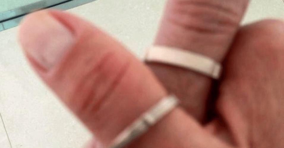 16.jun.2015 - Junno Andrade posta foto de um par alianças em seu Instagram que, supostamente, são dele e de sua namorada, a apresentadora Xuxa Meneghel
