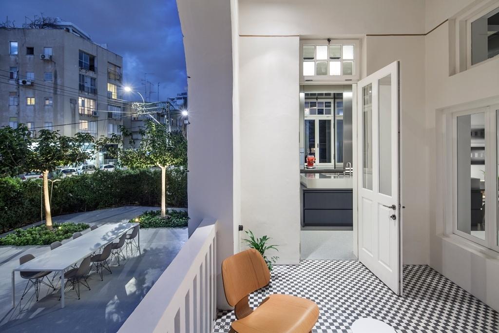 A varanda aberta e um jardim adjacente, pavimentado com o mesmo acabamento cimentício utilizado nas áreas internas, funcionam como pontos de relaxamento, silenciosos e elegantes, entre o apartamento Past Turned Into Space, em Tel Aviv, e o barulho da cidade israelense. O projeto de reforma é do escritório Pitsou Kedem Architects