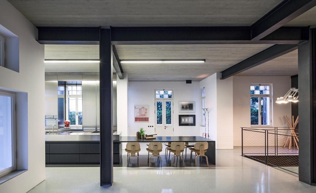 A introdução de uma nova estrutura metálica no apê em Tel Aviv permitiu que a área de convívio fosse ampliada através da integração dos espaços, antes compartimentados. O conceito arquitetônico buscava criar um contraste entre a fachada original, com arcos em estilo neoclássico, e os interiores