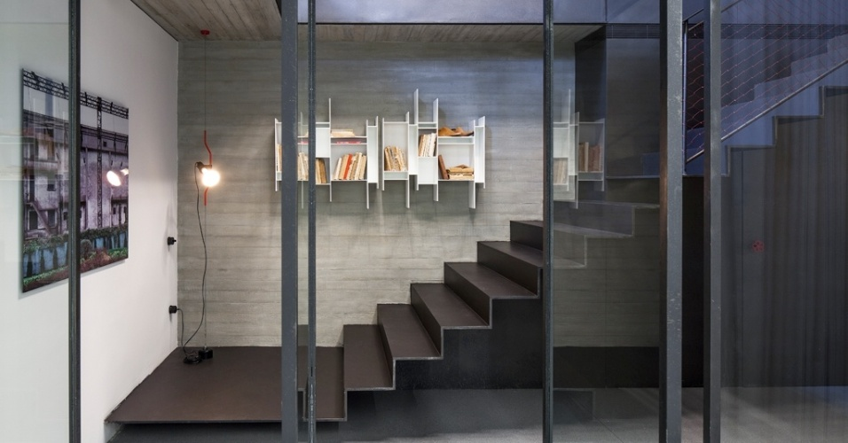 A suíte do apartamento no coração histórico de Tel Aviv, Israel, fica no piso subterrâneo construído durante a reforma capitaneada pelo escritório Pitsou Kedem Architects. O acesso é feito pela escada metálica delgada e pelo sistema de portas de ferro e vidro pivotantes
