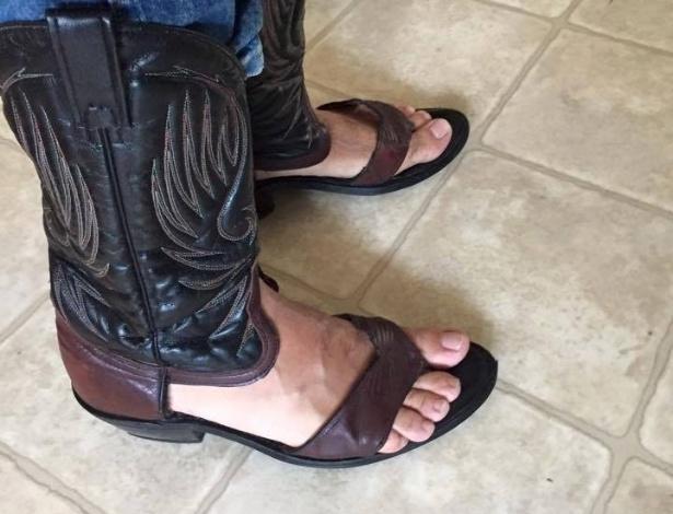 Norte-americano teve ideia de criar bota-sandália quando passava férias na praia - Reprodução/Facebook/Red Neck Boot Sandals