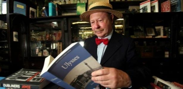 """Voluntário lê uma passagem de """"Ulisses"""" durante o Bloomsday na Irlanda  - BBC Brasil"""