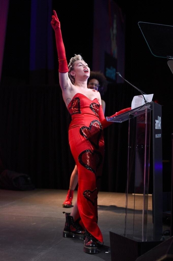 16.jun.2015 - A cantora Miley Cyrus foi escolhida para discursar no baile de gala da amfAR, em Nova York, nos EUA, na noite desta terça-feira