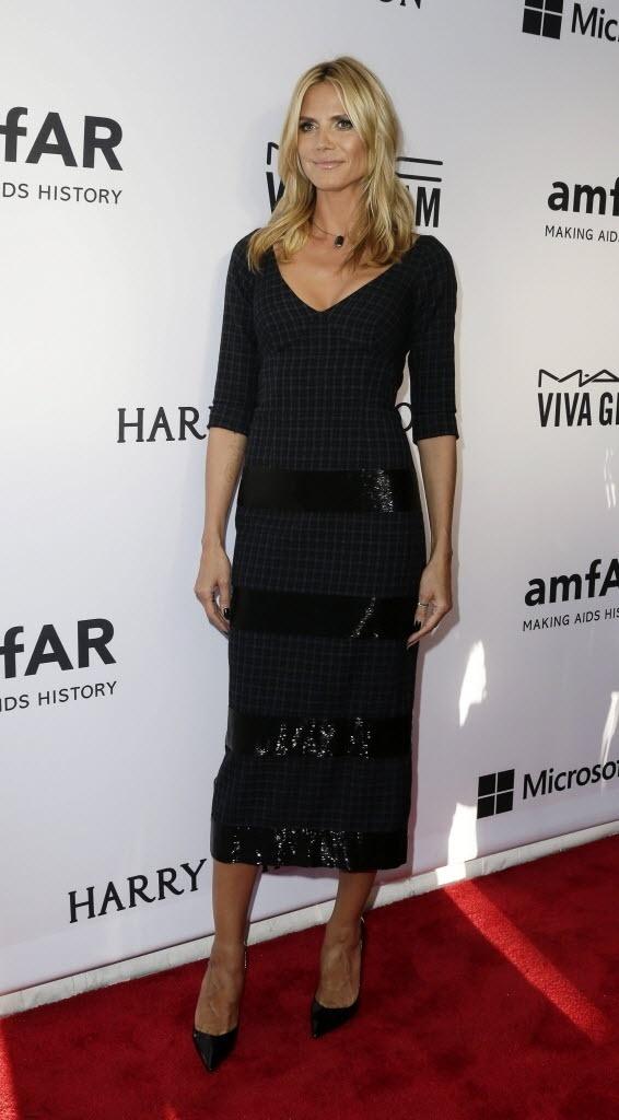 16.jun.2015 - A modelo alemã Heidi Klum prestigia o baile de gala da amfAR, em Nova York, nos EUA, na noite desta terça-feira