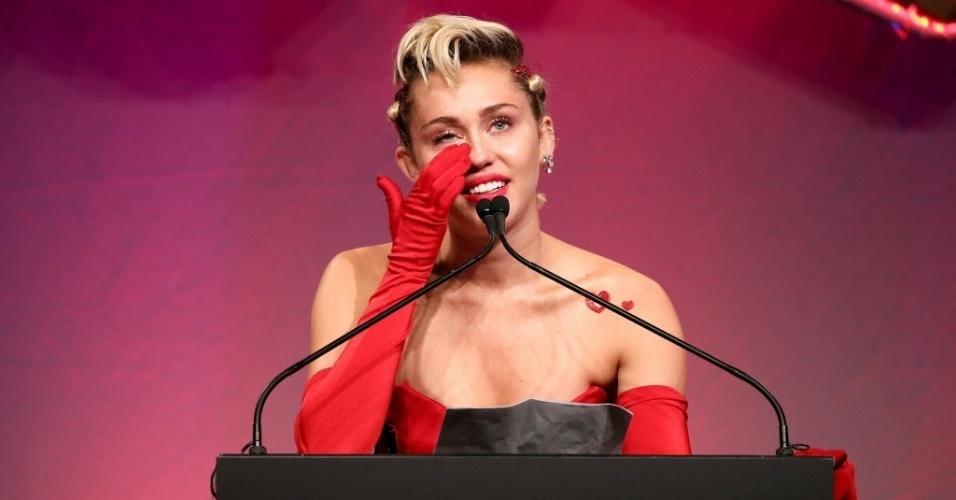 16.jun.2015 - Emocionada, Miley Cyrus discursa no baile de gala da amfAR, em Nova York, nos EUA, na noite desta terça-feira