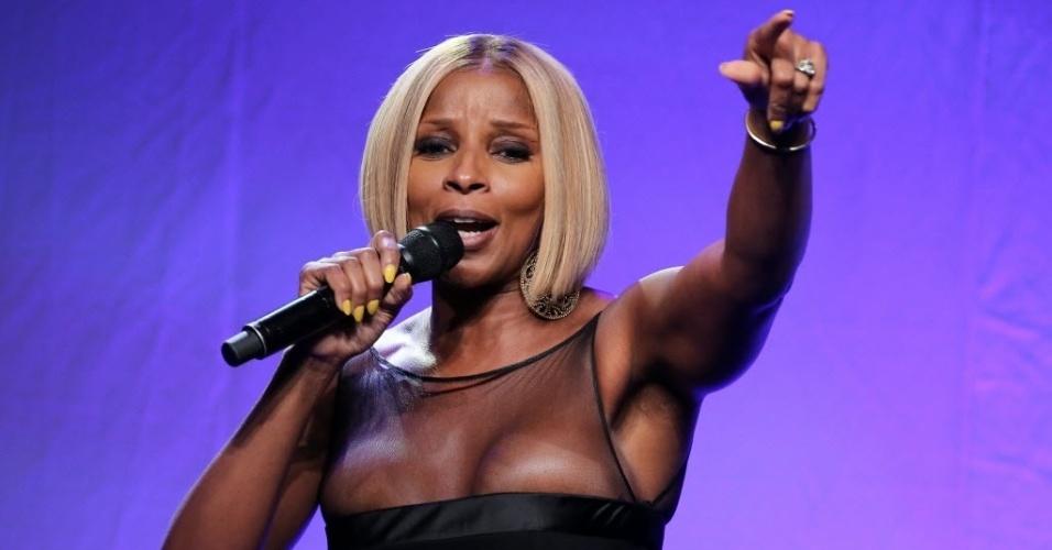 16.jun.2015 - Mary J. Blige canta no palco do baile de gala da amfAR, em Nova York, nos EUA, na noite desta terça-feira