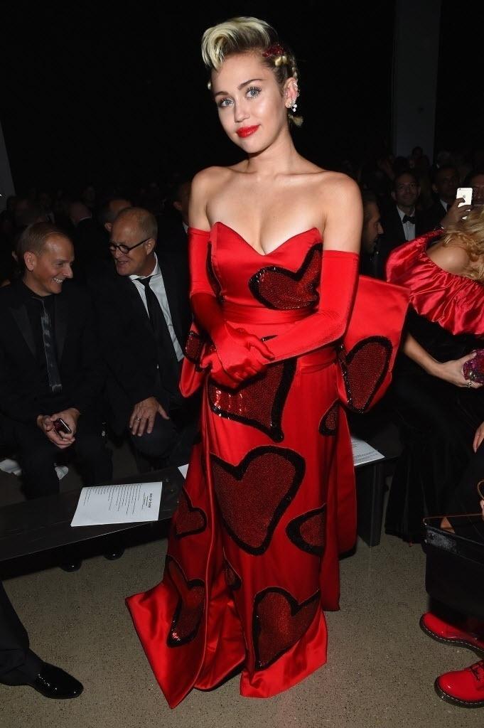 16.jun.2015 - Miley Cyrus usa vestido vermelho da grife Moschino durante o baile de gala da amfAR, em Nova York, nos EUA, na noite desta terça-feira