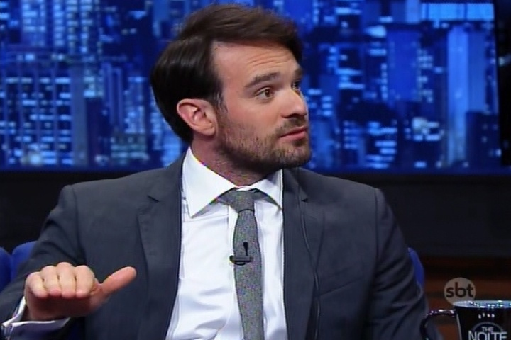 """16.jun.2015 - O protagonista da série """"O Demolidor"""", Charlie Cox, participa do """"The Noite"""" desta terça-feira"""