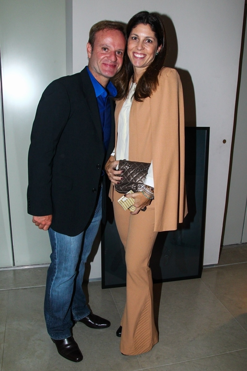 16.jun.2015 - Rubinho Barrichello vai ao aniversário de 39 anos de Ticiane Pinheiro, acompanhado da mulher, Silvana Giaffone, no apartamento da apresentadora, no Morumbi, zona sul de São Paulo, na noite desta terça-feira