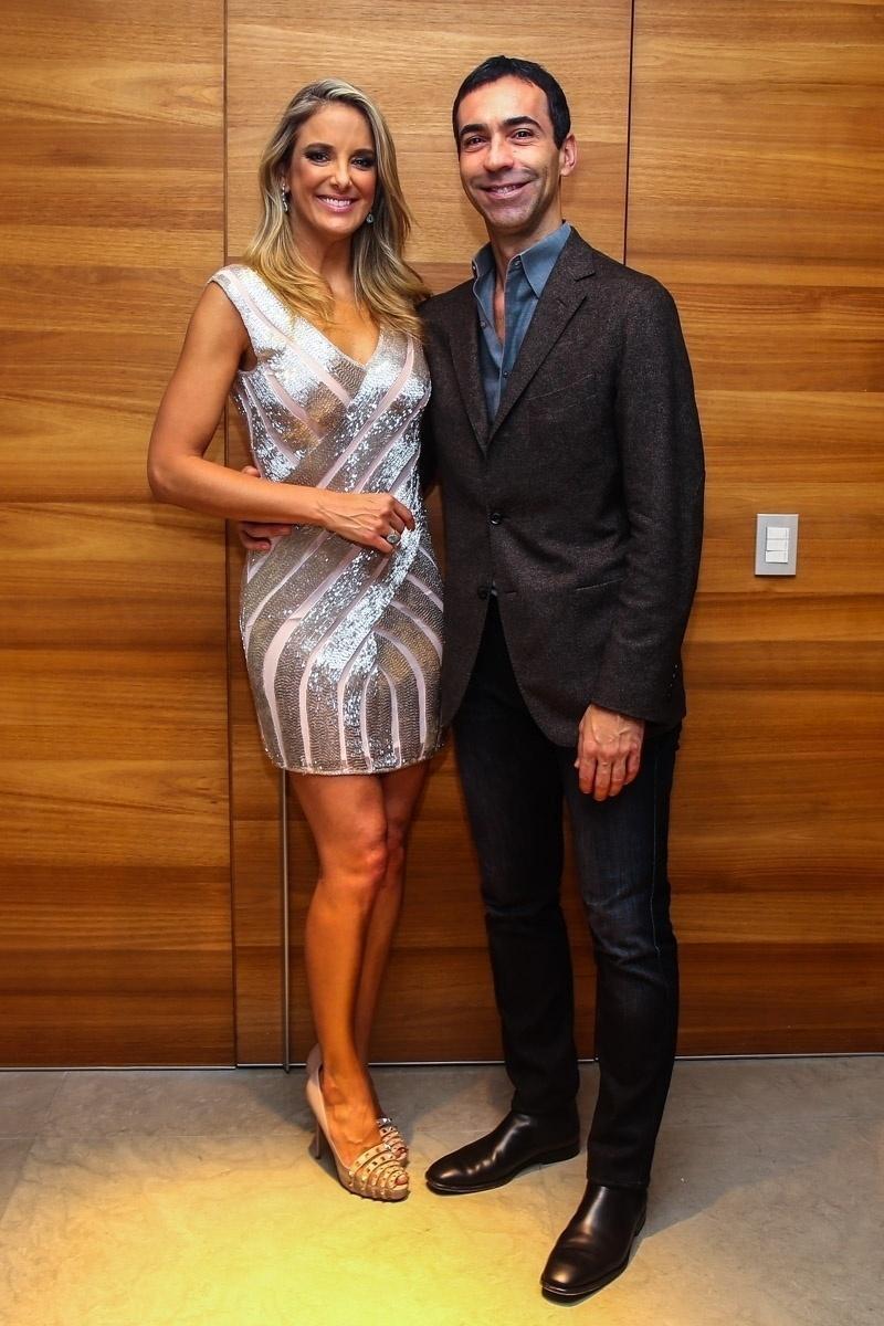 16.jun.2015 - Ticiane Pinheiro ganha um chamego do namorado, César Tralli, na comemoração de seus 39 anos com grande festa em seu apartamento, no Morumbi, zona sul de São Paulo, na noite desta terça-feira