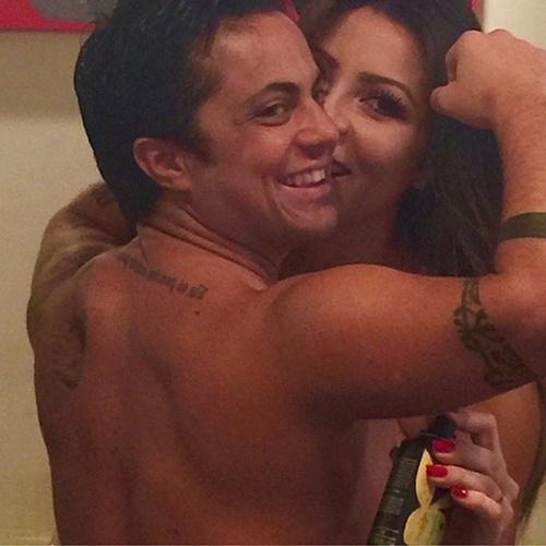 """17.jun.2015 - A namorada de Thammy Miranda, Andressa Ferreira, publicou uma imagem em que a atriz e apresentadora aparece sem camisa, e mostra as costas musculosas, fazendo pose com o """"muque"""". """"Esse cheiro em vc fica irresistível amor! Mas é só meu!"""", escreveu Andressa na legenda"""