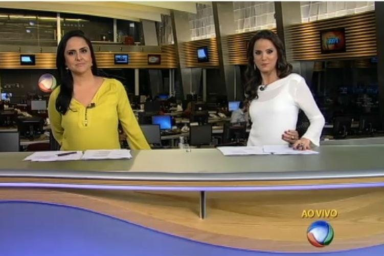 """17.jun.2015 - Âncoras do """"Fala Brasil"""", Carla Cecato e Roberta Piza tentaram repetir o chamado """"desafio do umbigo"""""""