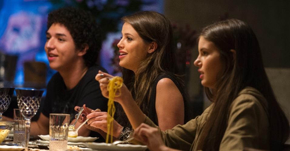 17.jun.2015 - Giovanna ( Agatha Moreira ), Bruno ( João Vitor Silva ) e Angel ( Camila Queiroz ) conversam durante jantar
