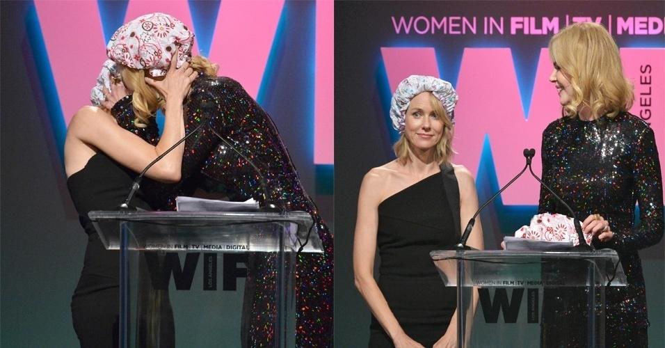 17.jun.2015 - Na noite desta terça-feira, Nicole Kidman deu um beijo na boca da atriz australiana Naomi Watts no palco do Women in Film 2015 Crystal + Lucy Award, em Los Angeles, nos Estados Unidos. O beijo aconteceu após Nicole receber das mãos de Naomi o prêmio Crystal Award for Excellence in Film