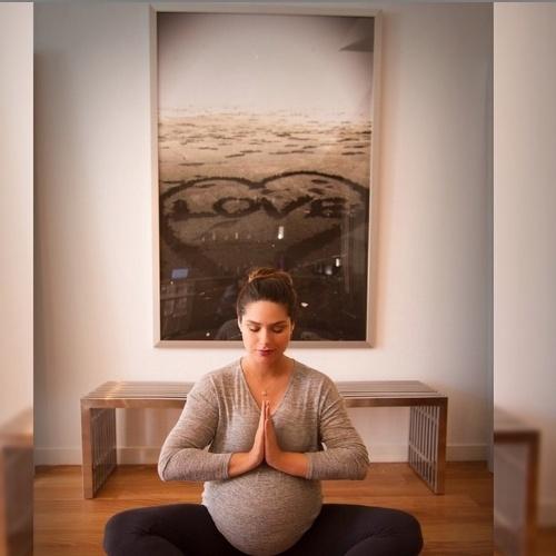 17.jun.2015 - Prestes a dar à luz seu primeiro filho, Fernanda Machado postou uma foto no Instagram em que aparece praticando yoga