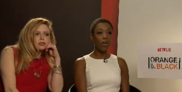17.jun.2015 - Samira Wiley (Poussey Washington) e Natasha Lyonne (Nicky Nichols), durante entrevista a Rafael Cortez, do