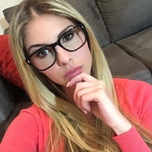 """17.jun.2015- Bárbara Evans arranca elogios de seguidores do Instagram ao posar de óculos de grau: """"É isso que eu desejo. E ponto"""", escreveu a loira na legenda"""