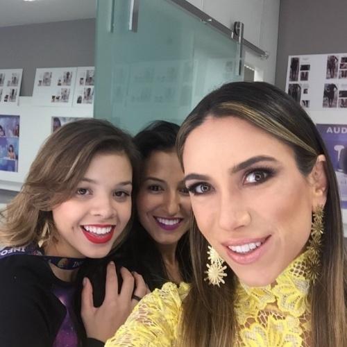 """17.jun.2015- Patrícia Abravanel faz selfie mostrando o resultado de sua maquiagem antes de gravar o programa """"Máquina da Fama"""""""