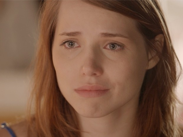 Elisa fica tensa antes de ter sua primeira vez com fotógrafo e chora