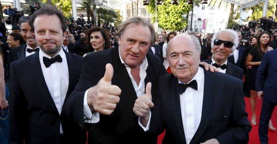 O diretor Frederic Auburtin, o ator Gerard Depardieu e o presidente da Fifa, Joseph Blatter, posam em Cannes