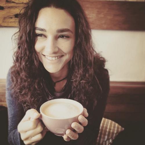 18.jun.2015 - Débora Nascimento acorda cedo para o café da manhã e faz selfie com o rosto limpo, sem nenhuma maquiagem, na manhã desta quinta-feira