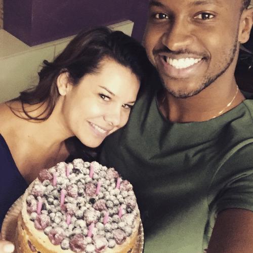 """18.jun.2015 - Fernanda Souza ganhou um bolo surpresa para comemorar seus 31 anos com direito a declaração de amor de Thiaguinho nesta quarta-feira. No Instagram, o cantor publicou uma foto dos dois juntos e falou sobre a data. """"Eeeeeeee! Deus te abençoe... Que você seja muito mais feliz... Com muita saúde e tudo de melhor sempre aconteça contigo... Você bem, também estou bem! Te amo... Felicidades!"""", escreveu"""