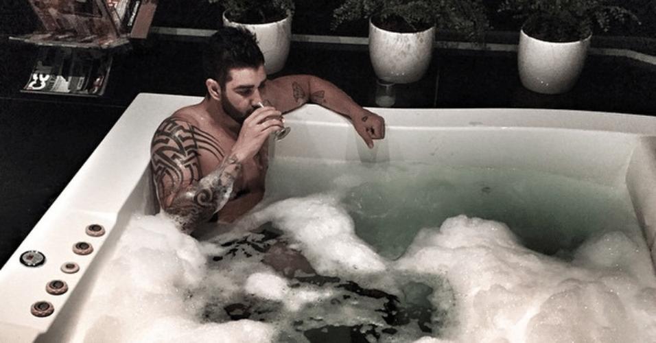 18.jun.2015 - Gusttavo Lima toma banho de banheira com espuma durante a madrugada desta quinta-feira e mostra o momento íntimo para seus seguidores do Instagram