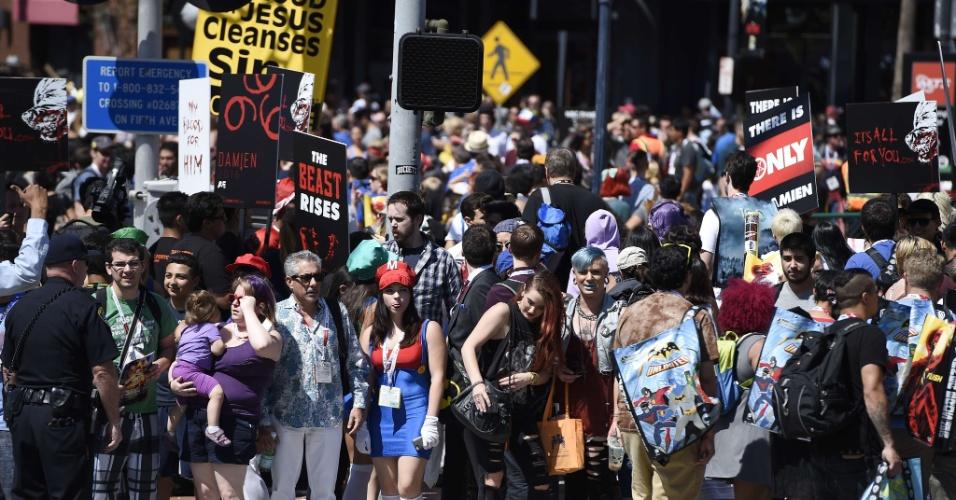 9.jul.2015 - Público caminha em direção ao pavilhão de exposição da Comic-Con, em San Diego, na Califórnia