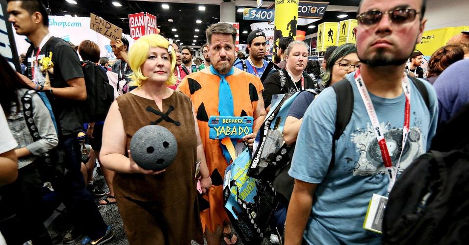 9.jul.2015 - Sebastian e Julia Sanzberro caminham vestidos de Fred Flinstone e Barney na San Diego Comic-Con 2015