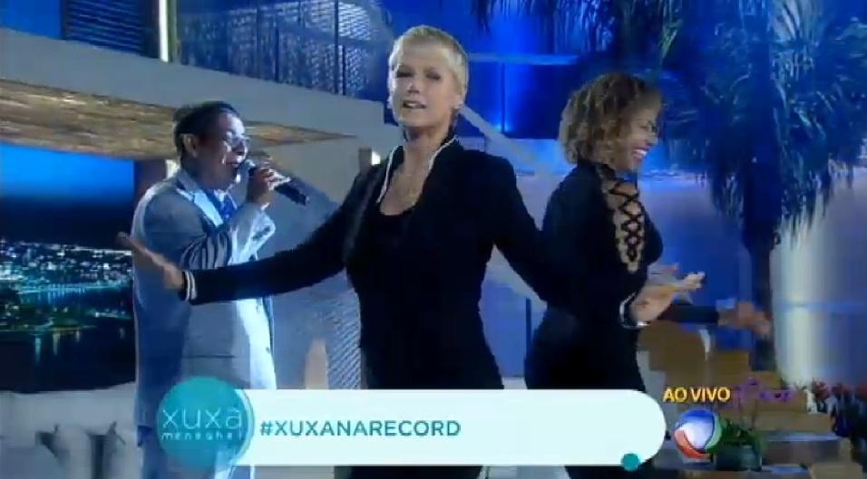 """31.ago.2015 - Durante seu programa, Xuxa corrige Zeca Pagodinho após ser chamada de Globeleza """"Só vou arrumar uma coisa. Você falou ?Globeleza?, mas agora é ?Recordbeleza?, diz a apresentadora"""