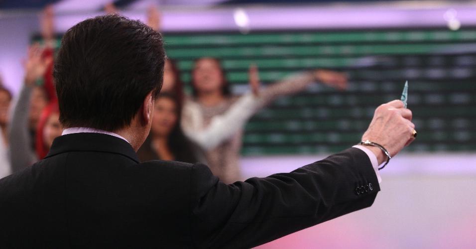2011 - Silvio Santos se prepara para jogar aviãozinho de R$ 100