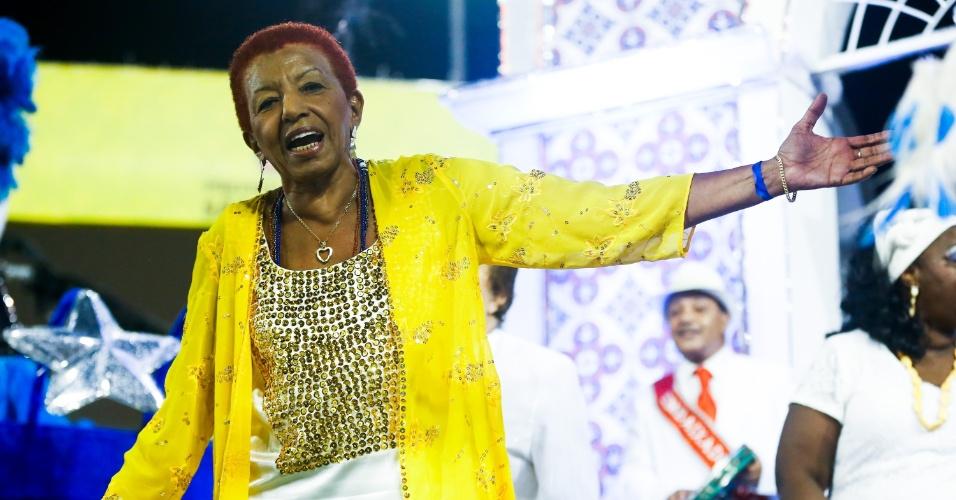 6.fev.2016 - Leci Brandão, uma das mais importantes intérpretes de samba da música brasileira, desfilou pela Unidos do Peruche no Carnaval de São Paulo