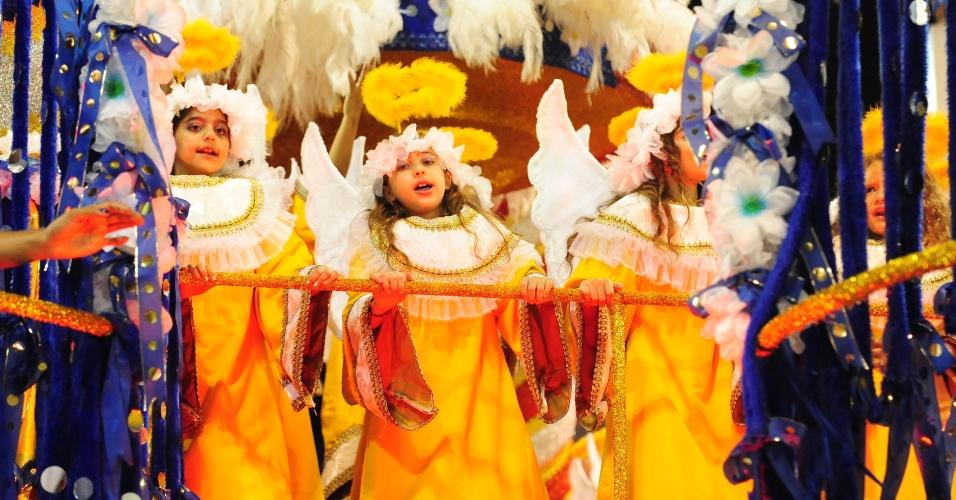 7.fev.2016 - Crianças desfilam fantasiadas de anjinhos pela Acadêmicos do Tucuruvi em enredo que celebra a religiosidade