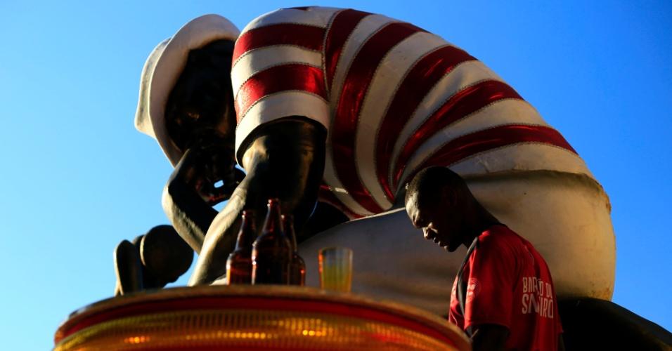 8.fev.2016 - Integrante da Salgueiro faz últimos reparos em carro alegórico na tarde desta segunda. Desfile terá o tema A Ópera dos Maladros