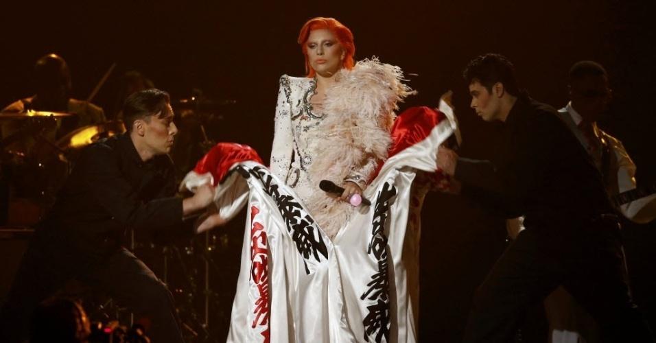 15.fev.2016 - Inspirada no figurino de David Bowie, Lady Gaga faz performace impactante e