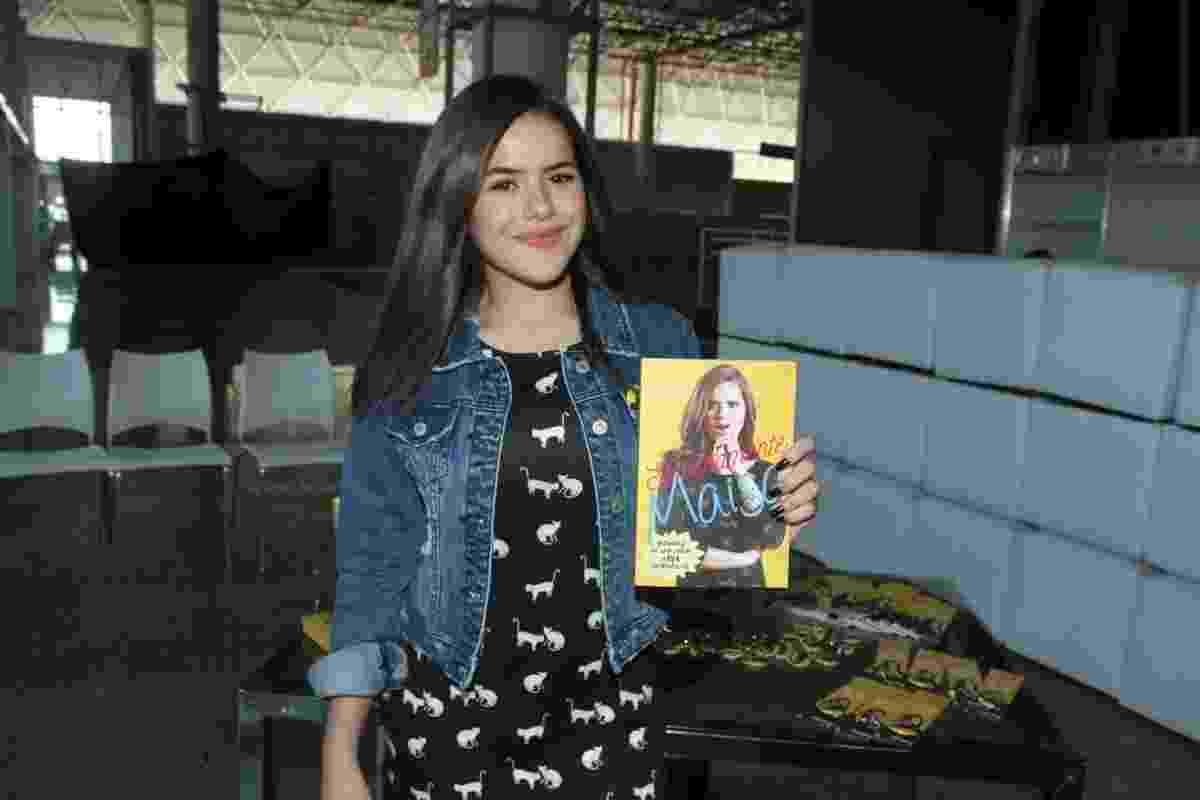 """1º.set.2016 - Maisa Silva mostra a capa de seu primeiro livro, """"Sinceramente Maisa: Histórias de Uma Garota Nada Convencional"""", lançado na 24ª Bienal do Livro de São Paulo - Amauri Nehn/Brazil News"""