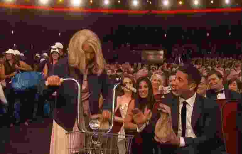 """18.set.2016 - Millie Bobby Brown, a Onze de """"Stranger Things"""", entrega comida para a plateia do Emmy ao lado dos colegas de série Gaten Matarazzo e Caleb McLaughlin. Os três estavam caracterizados como seus personagens da série da Netflix - Reprodução/Twitter/EW"""