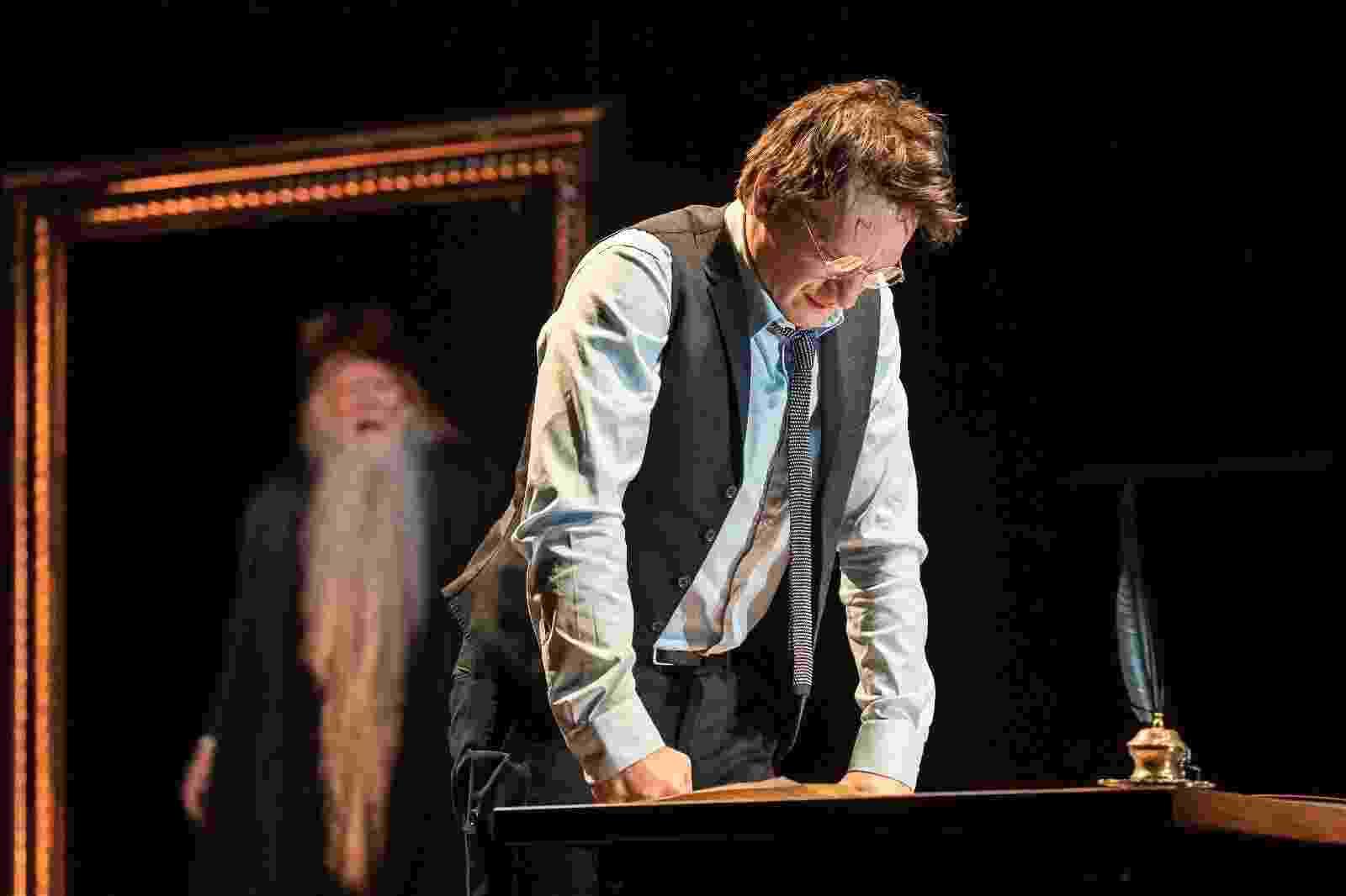"""Já viu essa marca na testa em algum lugar? Harry Potter (Jamie Parker) aparece na casa dos 30 anos, nas primeiras fotos de divulgação da peça """"Harry Potter e a Criança Amaldiçoada"""", que estreou em Londres no dia 30 de julho - Divulgação"""