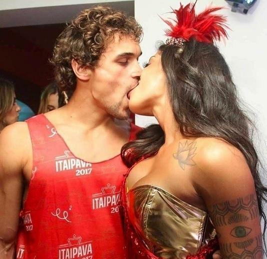 Aline Riscado e Felipe Roque se despedem do Carnaval com beijo na boca