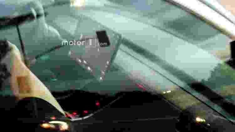 Model 3 vai trocar painel convencional atrás do volante por uma tela gigante, que será posicionada no console central - Motor1.com - Motor1.com
