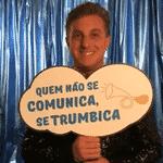 """Luciano Huck segura placa com bordão de Chacrinha, """"Quem não se comunica se trumbica"""", nos bastidores do especial """"Chacrinha, o Eterno Guerreiro"""", da Globo e do canal pago Viva - Reprodução/Instagram/angelicaksy"""