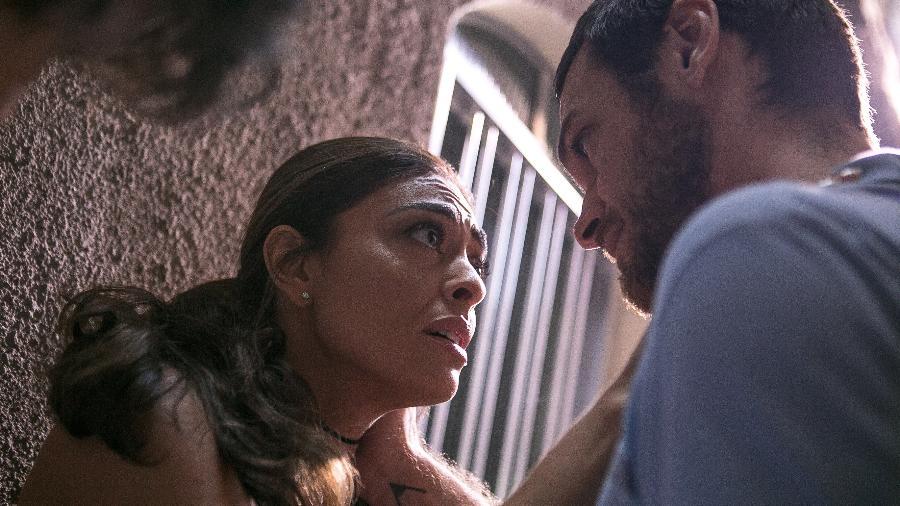 Na fuga de Rubinho (Emílio Dantas) da penitenciária, Bibi (Juliana Paes) fica desesperada com o tiroteio entre bandidos e policiais. Apesar do medo, a estudante de Direito vai se deixar seduzir pela vida no crime e se tornar uma mulher perigosa - TV Globo/Divulgação