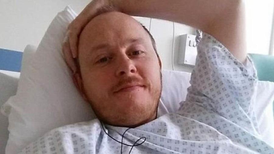"David Baldwin sofre de ""perda de líquido cefalorraquidiano"" há quatro anos - BBC"