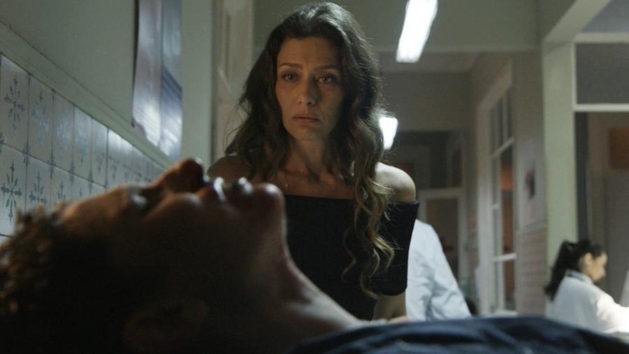 Joyce se depara com Ivan em uma maca no corredor do hospital e se emociona - Reprodução/GShow/A Força do Querer