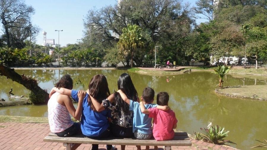 Da esquerda para a direita: Ketelin, Nicoly, Rebeca, Marcos e Danilo, os 5 irmãos adotados por Marlysângela e o marido - Arquivo Pessoal