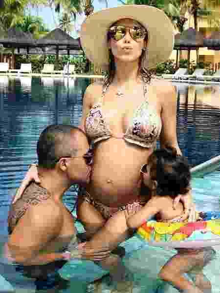 Bella Falconi com a filha, Victoria, e o marido - Reprodução/Instagram