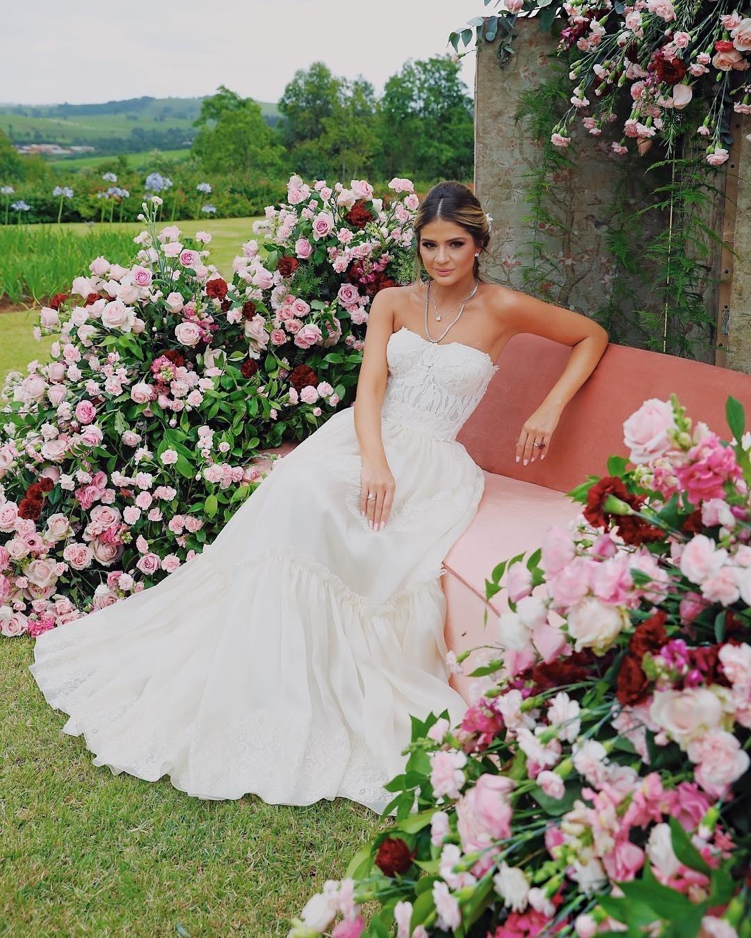 48dbe0c65 Thássia Naves celebra noivado com vestido de R$ 22 mil - 10/11/2018 - UOL  Universa