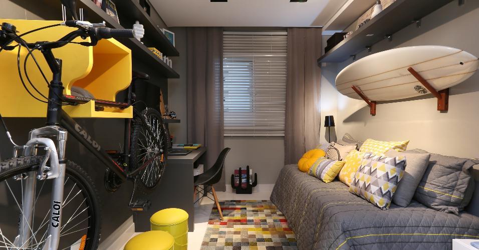Existem inúmeros motivos para se apaixonar pela cor cinza. Fora os muitos já mostrados está também o de reforçar uma identidade urbana. Para quem é jovem, a cor pode ainda representar a paixão pelo esporte e pela rotina agitada. Se você é cheio de energia, um quarto cinza pede pontos de cor. Tente com amarelo, laranja e pink. Projeto Juliana Marroni Arquitetura de Interiores